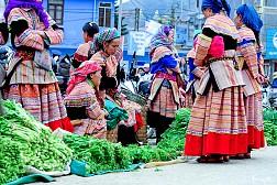 Khám phá vẻ đẹp muôn sắc của chợ phiên Đồng Văn khi du lịch Hà Giang